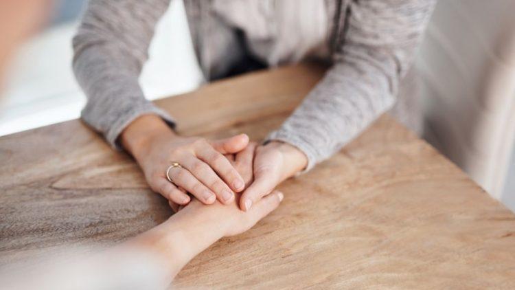 ¿Cómo apoyar a alguien que ha perdido a un ser querido?